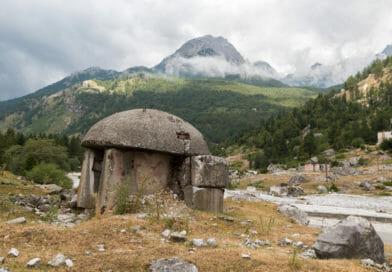 Albanië de bunkers van Enver Hoxha. Uit het Fotoalbum Albanië van Edvervanzijnbed.nl