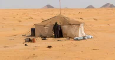Nomad in the Sahara desert in Mauritania. From the photo gallery Mauritania on https://www.edvervanzijnbed.nl/en/
