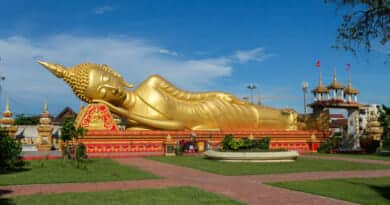 Pha That Luang temple where Bhudda sleeps unworried because Mr. Bot and Cher take care of his car - photo from www.edvervanzijnbed.nl/en/
